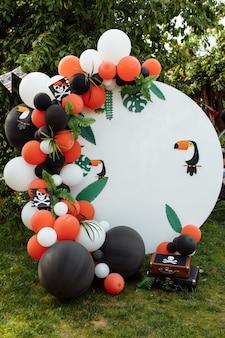 Zona fotografica per bambini con molti palloncini. decorazioni per una festa di compleanno.