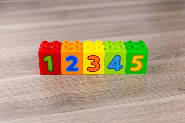 Cubi di plastica per bambini per l'apprendimento della matematica con i numeri.