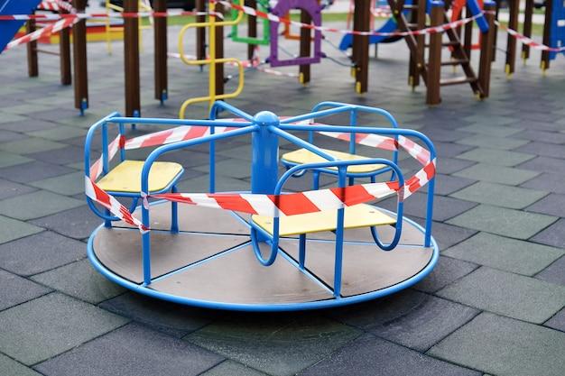 Il parco giochi per bambini è chiuso. divieto di giochi per bambini. prevenzione del coronavirus
