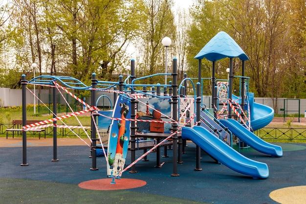Il parco giochi per bambini è chiuso a causa di pandemia, epidemia. divieto di parchi giochi per bambini. prevenzione del coronavirus covid-19. lotta contro il virus. modalità di autoisolamento. resta a casa!