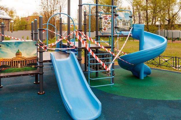 Il parco giochi per bambini è chiuso a causa di pandemia, epidemia. divieto di parchi giochi per bambini