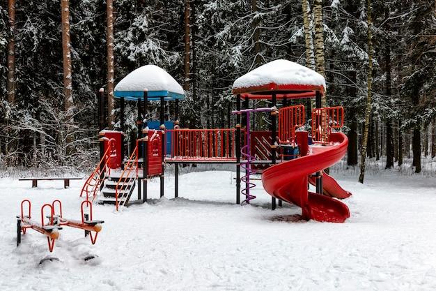 Parco giochi per bambini nella foresta invernale. attività e sviluppo.