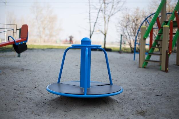 Parco giochi per bambini nel cortile a kiev in ucraina