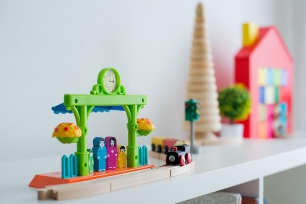 Sala giochi per bambini con giocattoli educativi colorati in plastica.