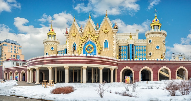 Teatro delle marionette per bambini ekiyat a kazan in una luminosa giornata invernale e cielo blu