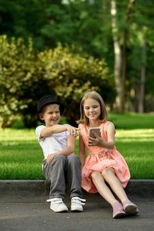 Incontro romantico per bambini nel parco estivo