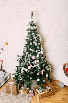 Camera dei bambini decorata per natale e capodanno.