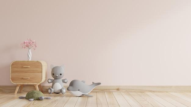 Stanza dei bambini con la parete vuota color crema e bambole, con vaso di fiori posto sul mobile
