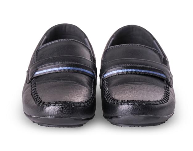 Mocassini delle scarpe dei bambini isolati su fondo bianco