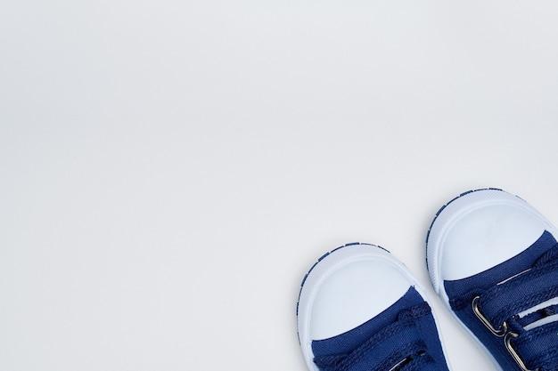 Scarpe da ginnastica per bambini su uno sfondo bianco. scarpe da ragazzo mock up