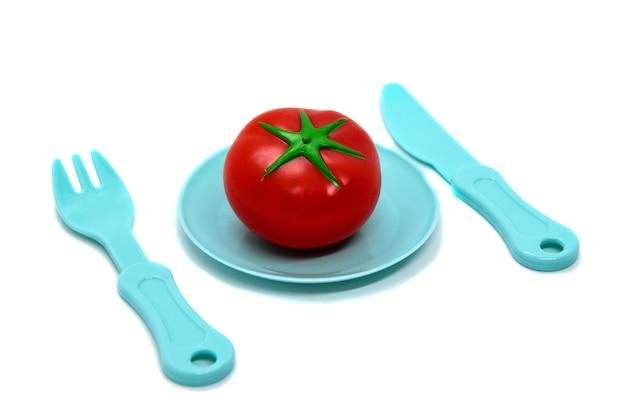 Stoviglie in plastica giocattolo per bambini: piatto con pomodoro, forchetta e coltello
