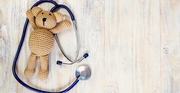 Giocattolo per bambini e uno stetoscopio su sfondo chiaro