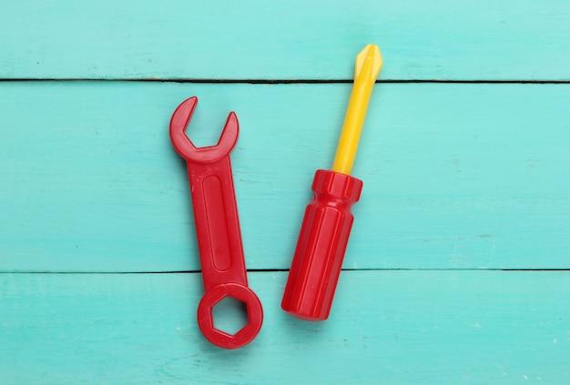 Strumento giocattolo per bambini. chiave inglese, cacciavite su legno blu.