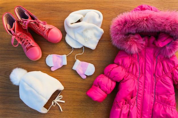 Abbigliamento invernale per bambini: giacca rosa calda, cappello, sciarpa, guanti, stivali