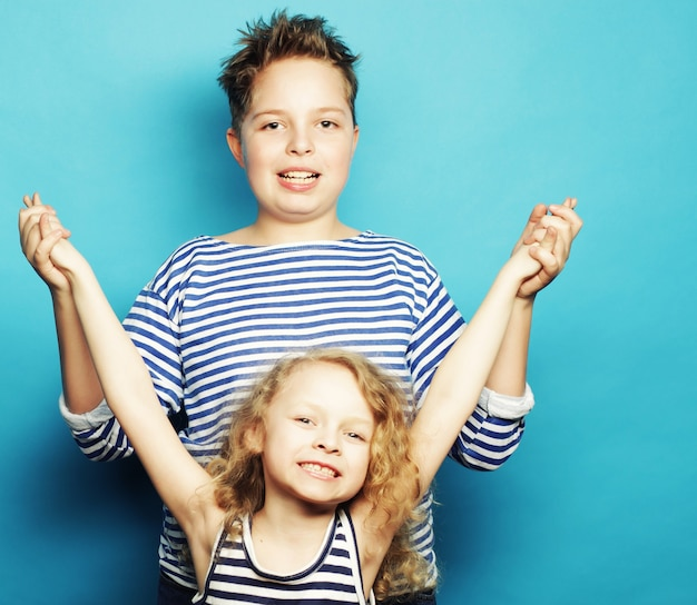 Bambini - sorella e fratello, famiglia felice