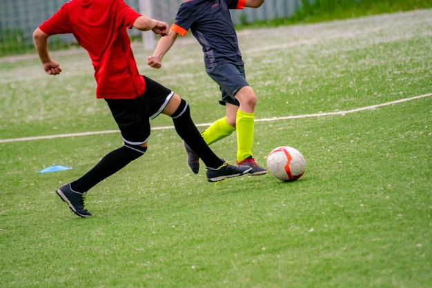 Bambini sulla partita di calcio, accademia delle scuole calcio giovani