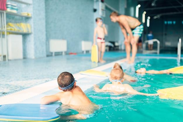 Bambini che nuotano in piscina