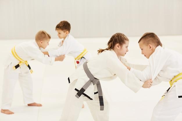 Bambini che si allenano durante la lezione di karate