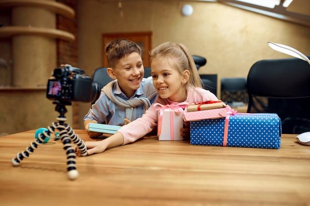 Bambini vlogger in posa davanti alla telecamera, piccoli blogger