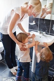 I bambini si lavano le mani
