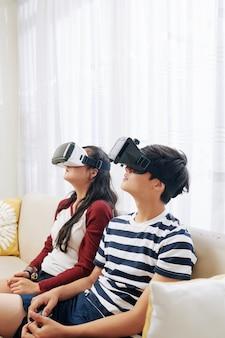 Bambini che guardano film in occhiali vr