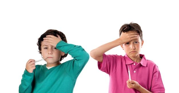 Bambini con febbre isolati su sfondo bianco