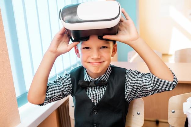 I bambini con gli occhiali per realtà virtuale sono nell'ufficio della scuola
