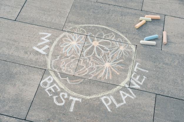 Disegno dei bambini con i pastelli colorati su asfalto