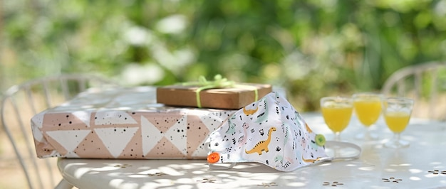 Maschera per bambini sul tavolo con regali di compleanno per bambini