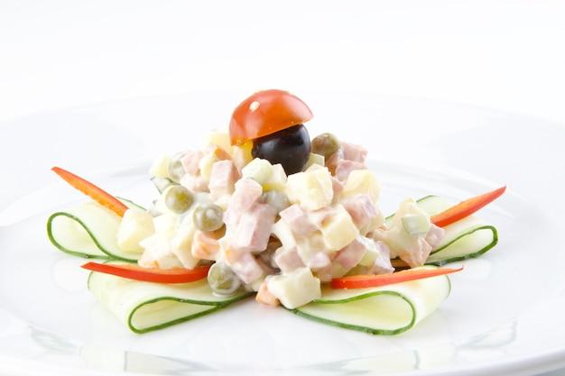 Insalata per bambini olivier con pomodorini e cetrioli