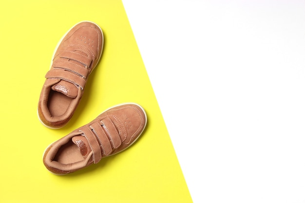 Scarpe per bambini su uno sfondo colorato vista dall'alto calzature per bambini