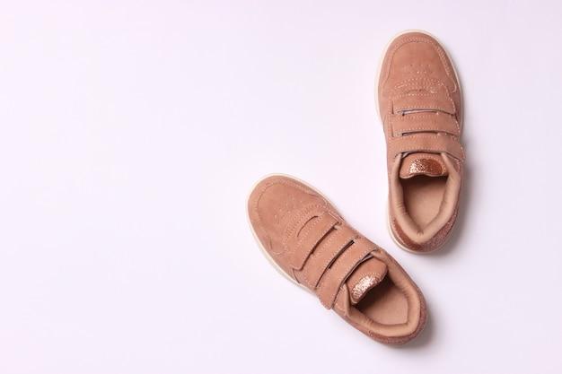 Scarpe per bambini su uno sfondo chiaro vista dall'alto calzature per bambini