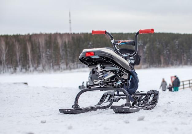 Una motoslitta per bambini è pronta per far pedalare i bambini sulla neve