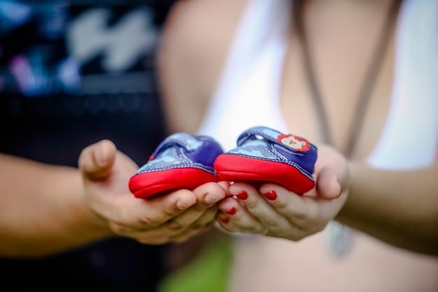 Il piede del bambino nella palla colorata a una festa divertente nel parco giochi