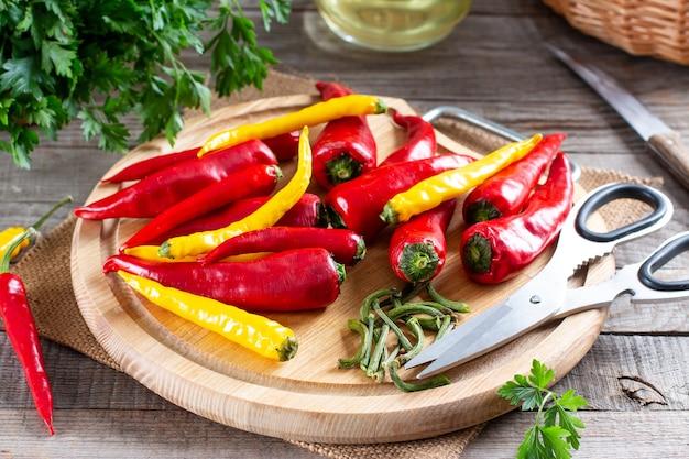 Preparazione del peperoncino prima del congelamento su una tavola di legno sul tavolo. cibo surgelato. verdure surgelate.