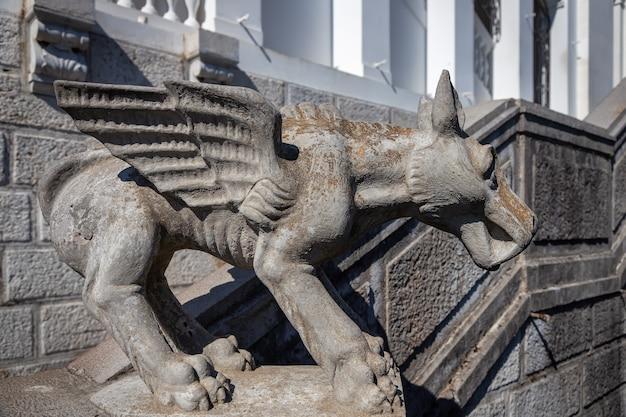 Scultura chimera che adorna la balaustra delle scale del palazzo livadia, yalta, crimea.