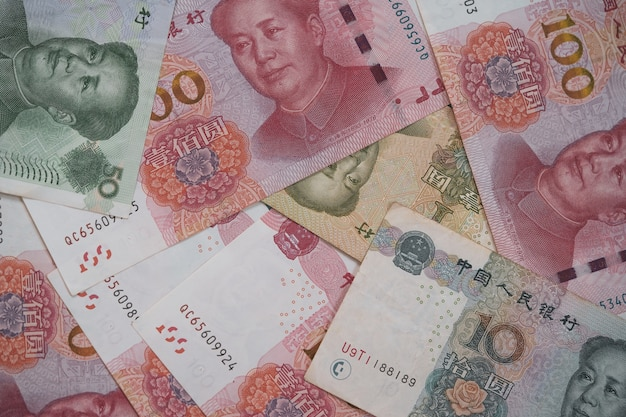 Cambio valuta e investimento in cina, vista dall'alto della raccolta di banconote in yuan cinese.