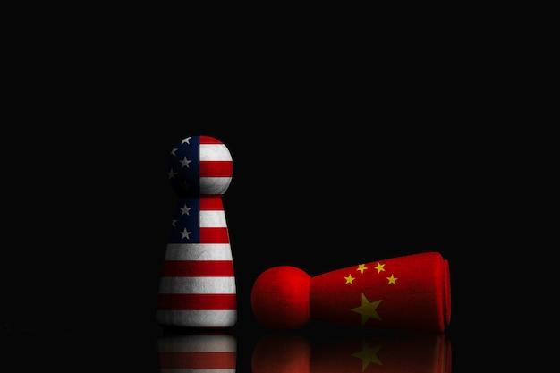 Figura cinese che cade e figura usa in piedi su sfondo scuro, tecnologia di cina e stati uniti d'america e concetto di guerra commerciale.