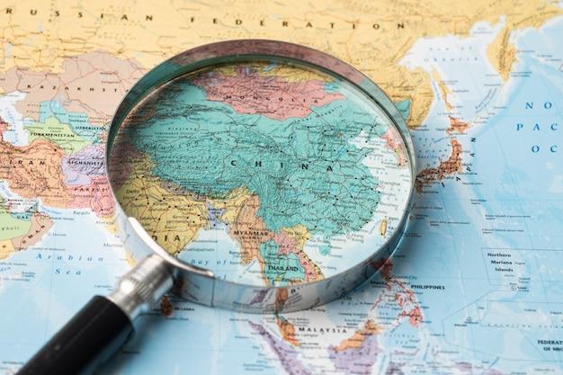 Cina, lente d'ingrandimento si chiuda con mappa del mondo asia colorato