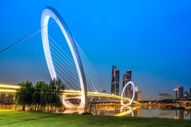 Cina nanchino skyline della città e edifici moderni, paesaggio crepuscolare