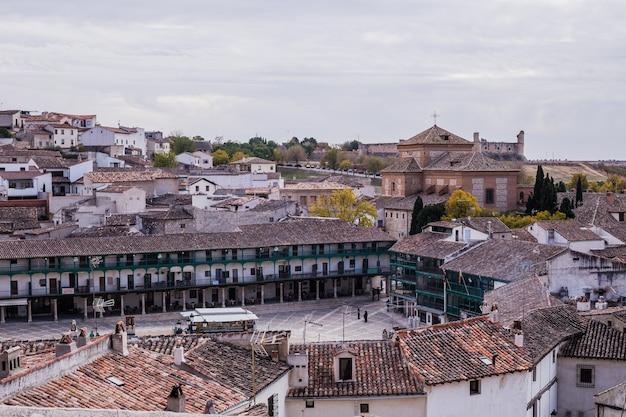 Chinchon è un'antica città spagnola tradizionale a madrid con il suo famoso e pittoresco balcone in legno antico...