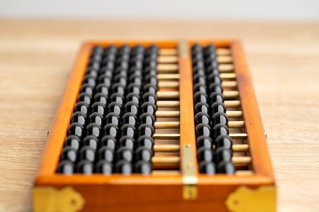 Annata cinese dell'abaco sulla vista frontale della tavola di legno marrone e sullo spazio della copia