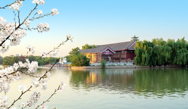 Architettura antica cinese in riva al lago, tianjin, cina.