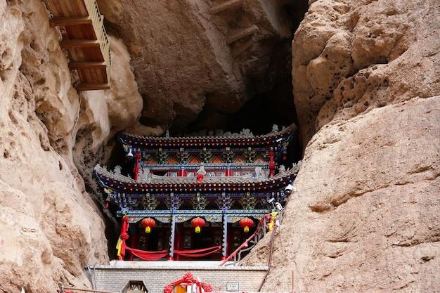 Tempio tradizionale antico cinese nelle grotte della cortina d'acqua di tianshui wushan, gansu cina