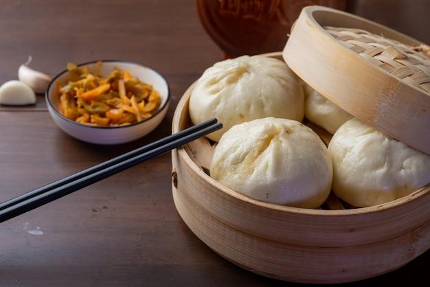 Colazione cinese. sul tavolo ci sono panini al vapore e porridge