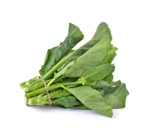Broccoli cinesi su sfondo bianco