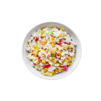 Cavolo cinese, mais dolce e insalata di surimi isolata sulla superficie bianca