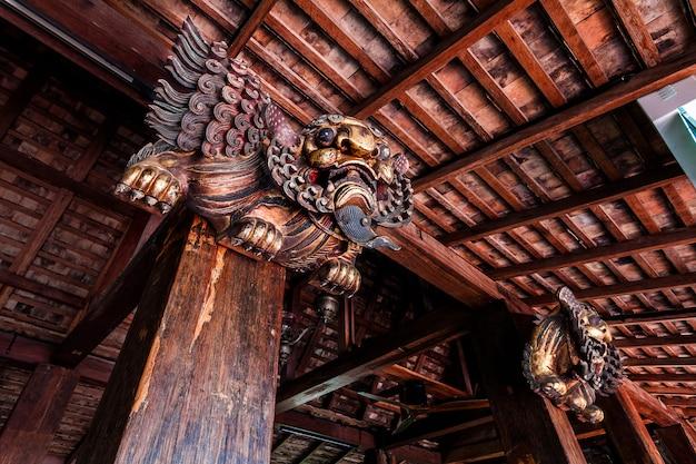 Leone in legno intagliato cinese