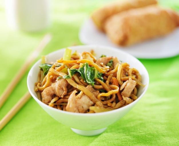 Lo mein di pollo cinese in una ciotola