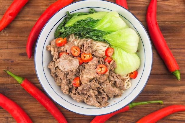 Cucina cinese: una scodella di tagliatelle di manzo